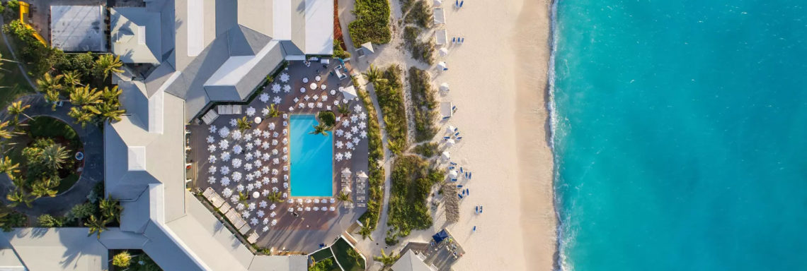 Club Med Columbus Isle, au Bahamas - Vue en plongée et aérienne, du coeur du Village comportant la piscine