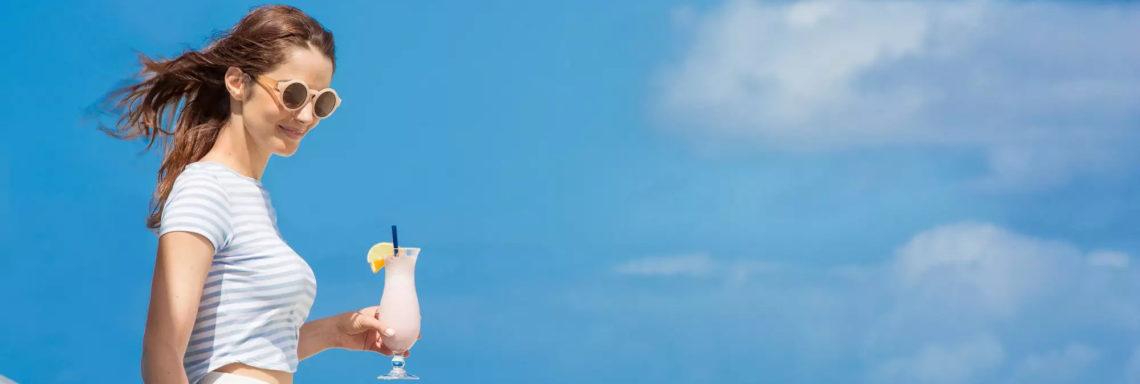 Club Med Columbus Isle, au Bahamas - Une femme en contre plongé, tient un cocktail dans sa main en regardant plus bas