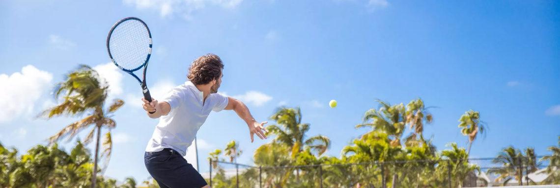 Club Med Columbus Isle, au Bahamas - Un homme procède au renvoie d'une balle de tennis lancée par un G.O
