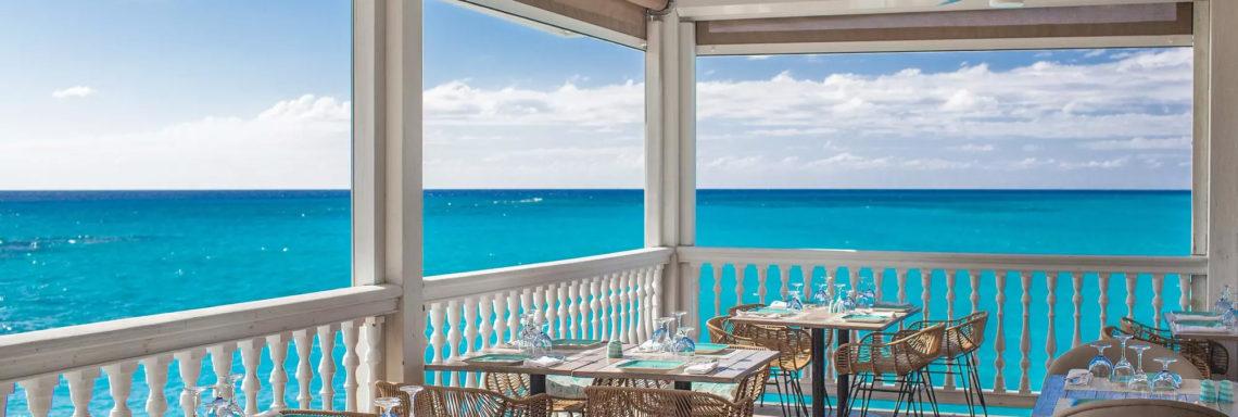 Club Med Columbus Isle, au Bahamas - Photo de la terrasse extérieure d'un restaurant, donnant sur la mer