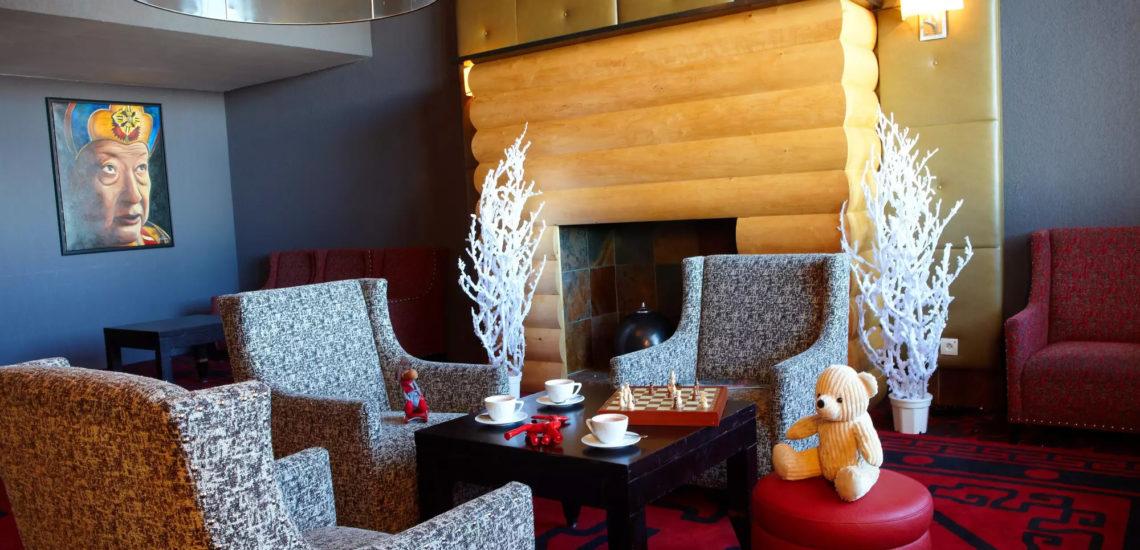 Club Med La Plagne 2100, France - Photo d'un salon de détente avec un plateau de collations et boissons chaudes