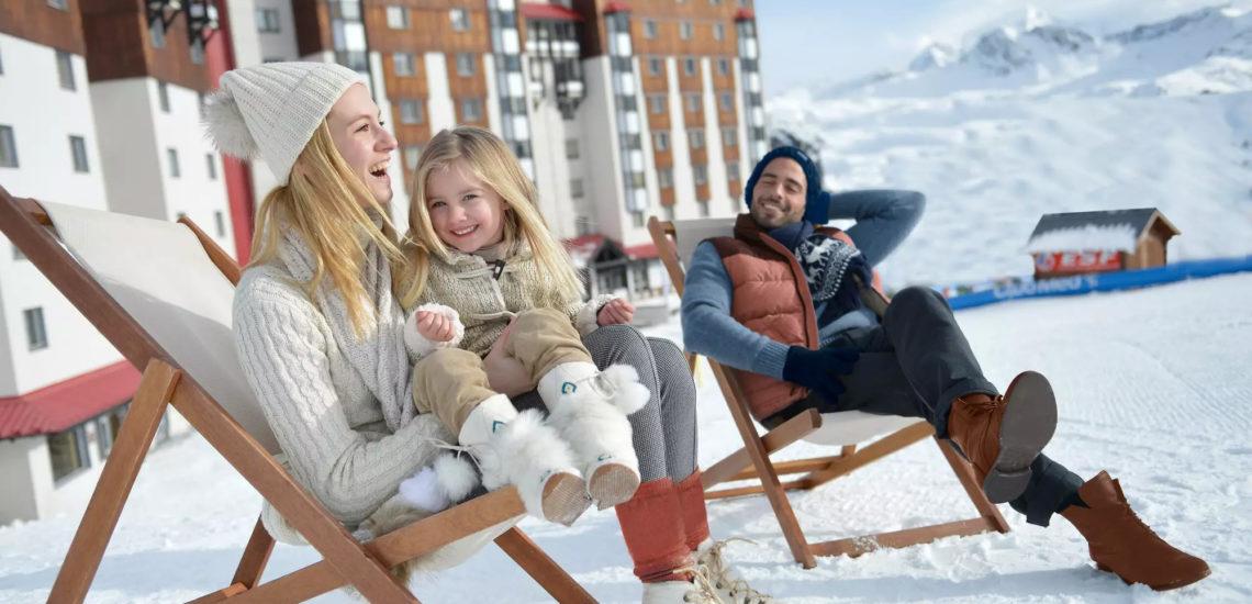 Club Med La Plagne 2100, France - Image d'une famille profitant d'une aire de détente extérieure, assis sur des chaises