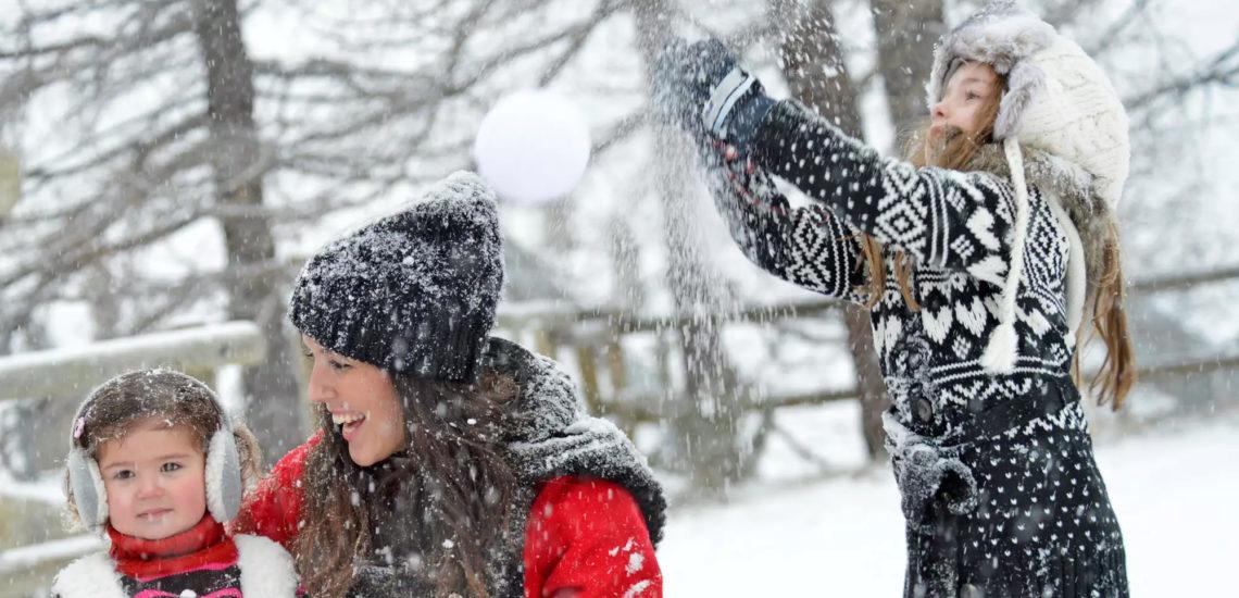 Club Med La Plagne 2100, France - Image d'une femme et deux jeunes filles s'amusant dans la neige