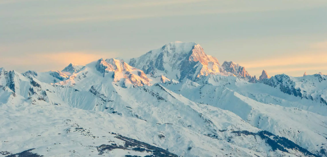 Club Med La Plagne 2100, France - Vue aérienne du dessus des montagnes environnantes du complexe