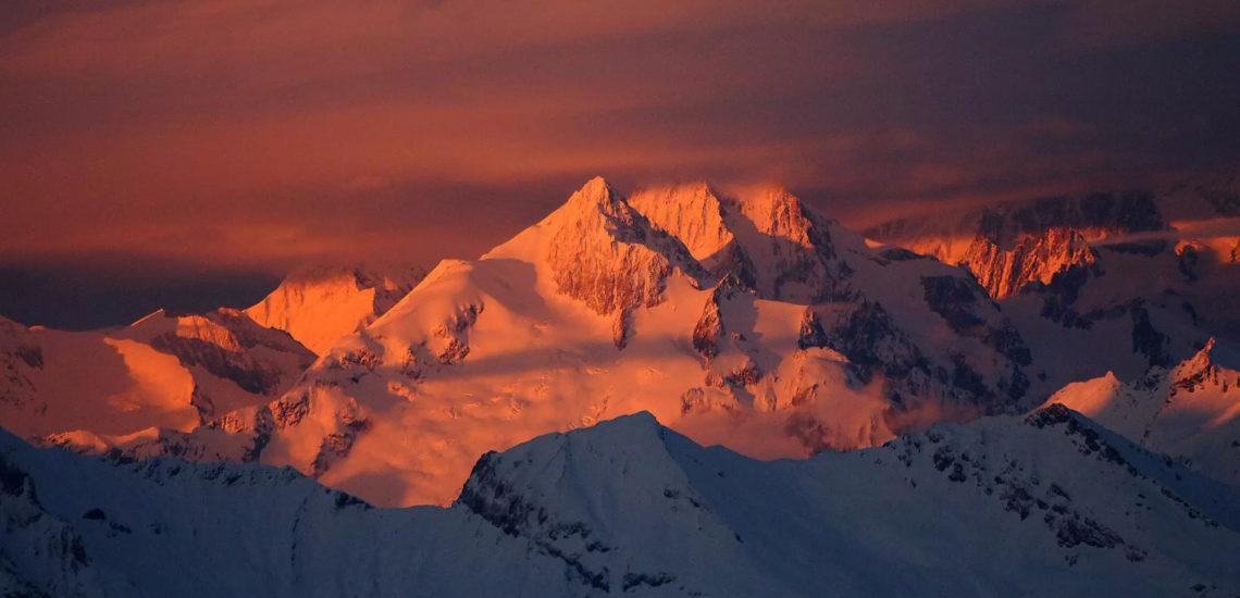 Club Med La Plagne 2100, France - Vue aérienne du haut des montagnes environnantes du complexe, au coucher de soleil
