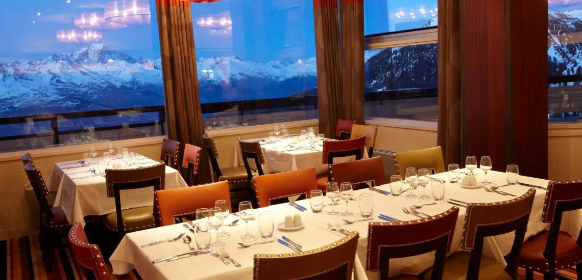 Club Med La Plagne 2100, France - Vue de l'intérieure d'un des restaurants du complexe, la nuit tombée