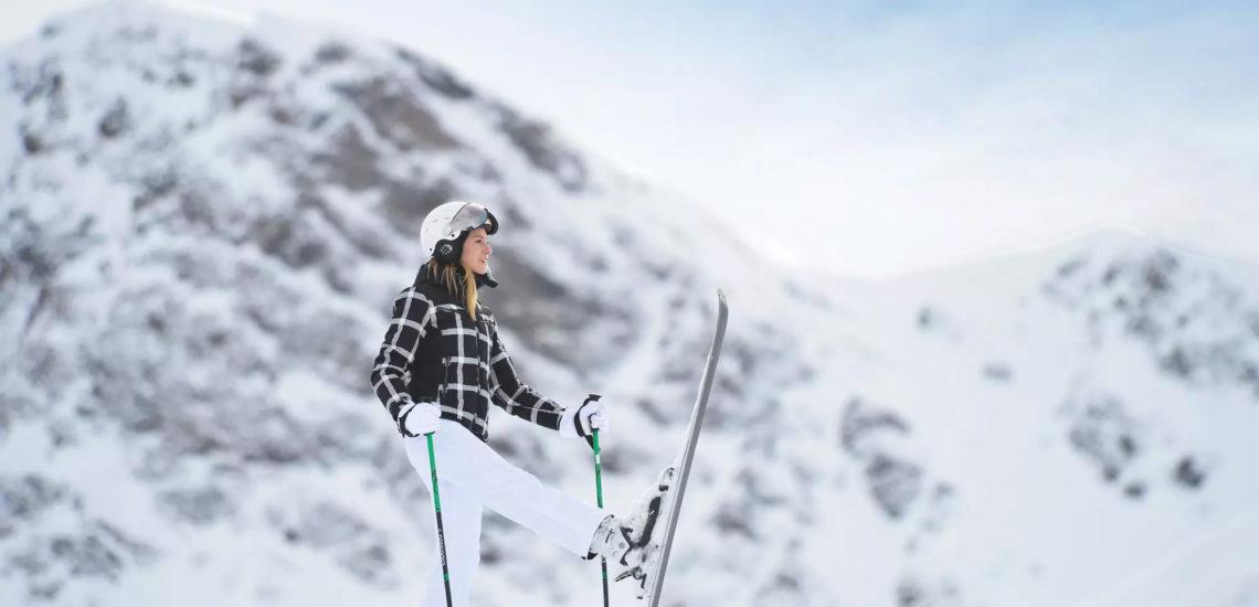 Club Med La Plagne 2100, France - Une femme pratique une activité de ski alpin, en flanc de montagne