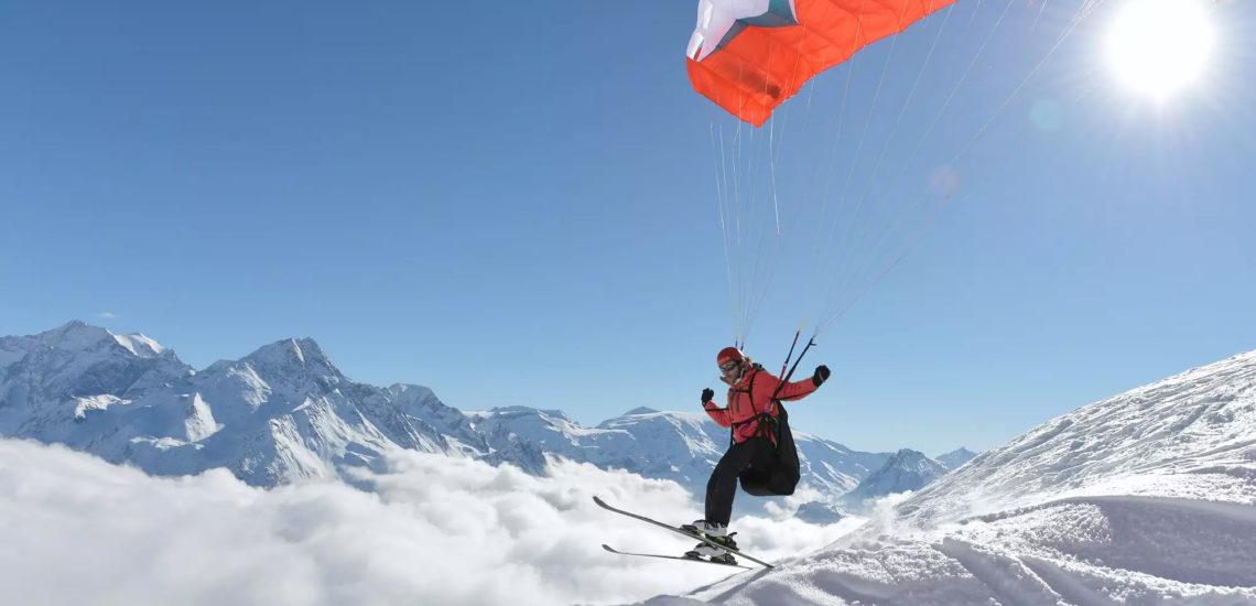 Club Med La Plagne 2100, France - Un homme pratique une activité de ski alpin et parachute