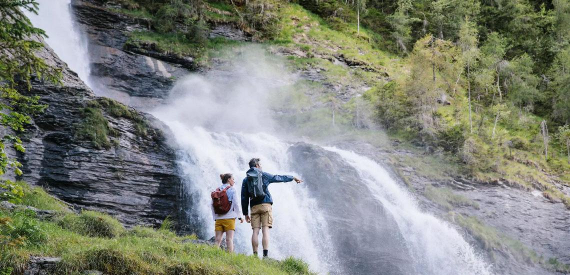 Club Med Samoëns, en France - Image d'un couple pratiquant un sports terrestres, à l'école de randonnées.
