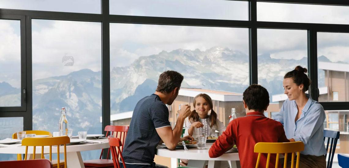 Club Med Samoëns, en France - Une petite famille prend un moment tous ensemble pour discuter et rire