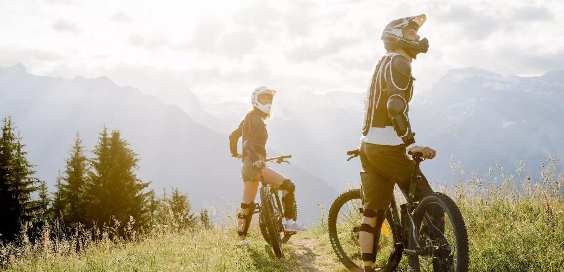 Club Med Samoëns, en France - Un couple font du VTT en pleine montagne, en journée