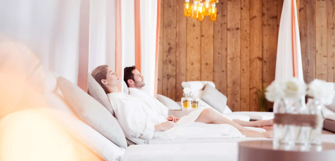 Club Med Samoëns, en France - Un couple se détend, dans des chaises longues, après un massage